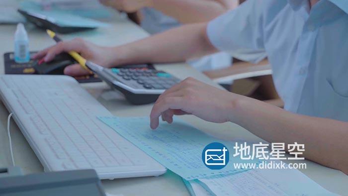 视频素材-统计员会计办公室工作视频