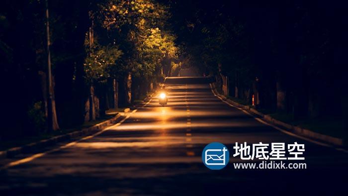 素材资源-实拍夜晚路灯下寂静马路上车辆行驶